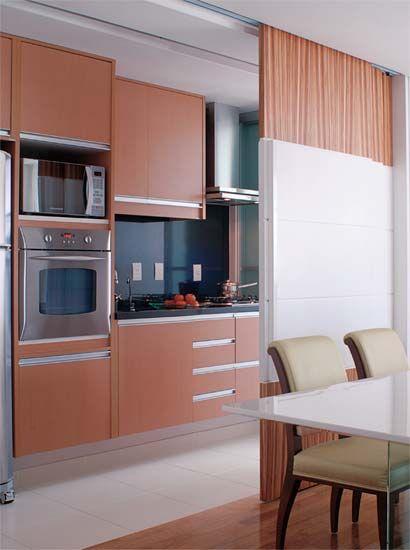 cozinha integrada à sala, mas pode ser escondida pela porta de correr.