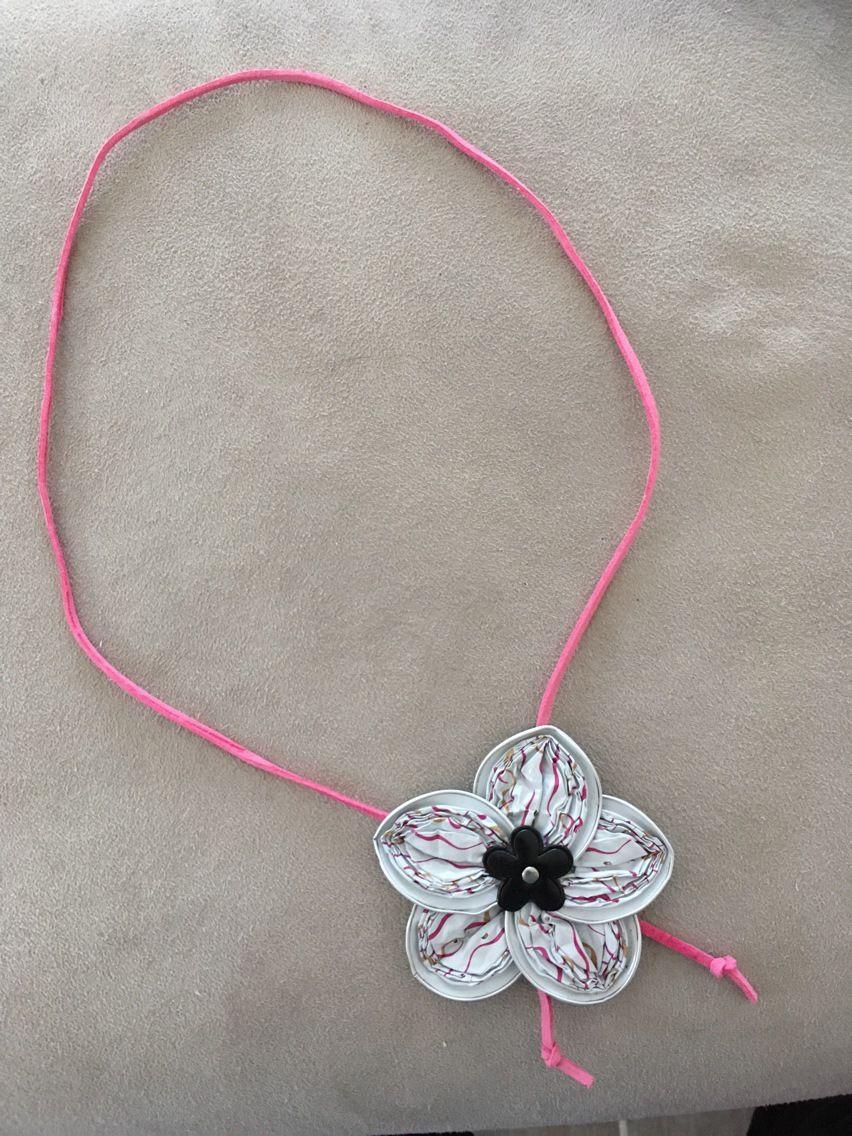 Collier en suédine rose avec fleur en capsules de café recyclées : Collier par crea-lys-bijoux
