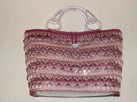 Bolsa de Praia, feita com garrafa PET transparente, acabamento em crochê nas cores Rose e Vinho e alça acrílica. R$ 55,00