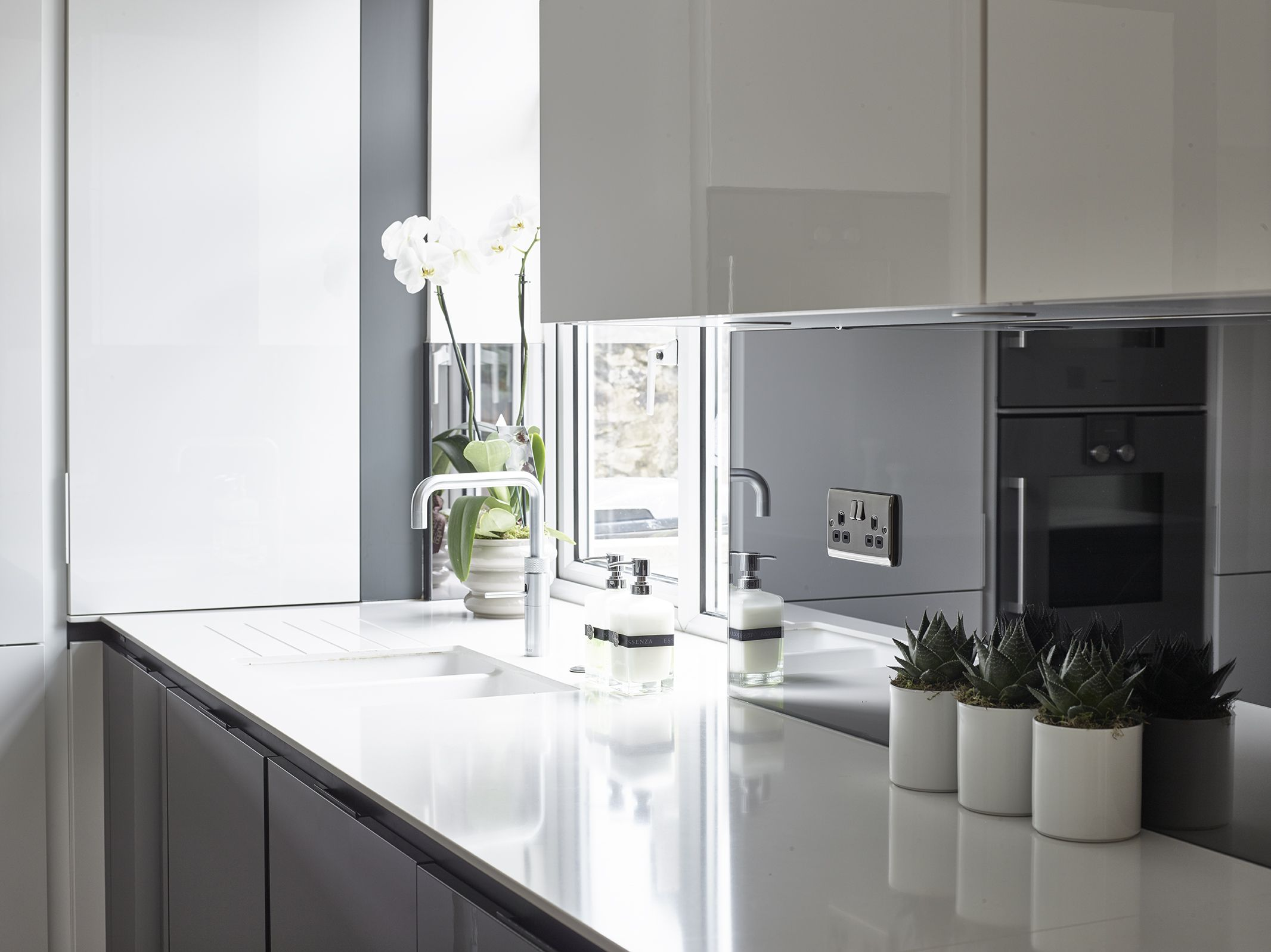 SieMatic S3 kitchen in Graphite Grey and Lotus White gloss finish ...