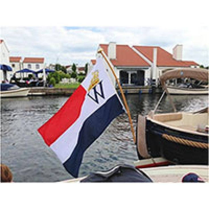 Koninklijke watersport vlag die perfect past op iedere sloep, motorjacht of zeilboot. In diverse maten leverbaar. Ga je het water op tijdens Koningsdag dan mag deze officiële vlag niet ontbreken.Vlaggenclub heeft nog veel meer prachtige maritieme nautische vlaggen.Kijk op https://www.vlaggenclub.nl/maritieme-nautische-vlaggen.html en laat je verrassen!