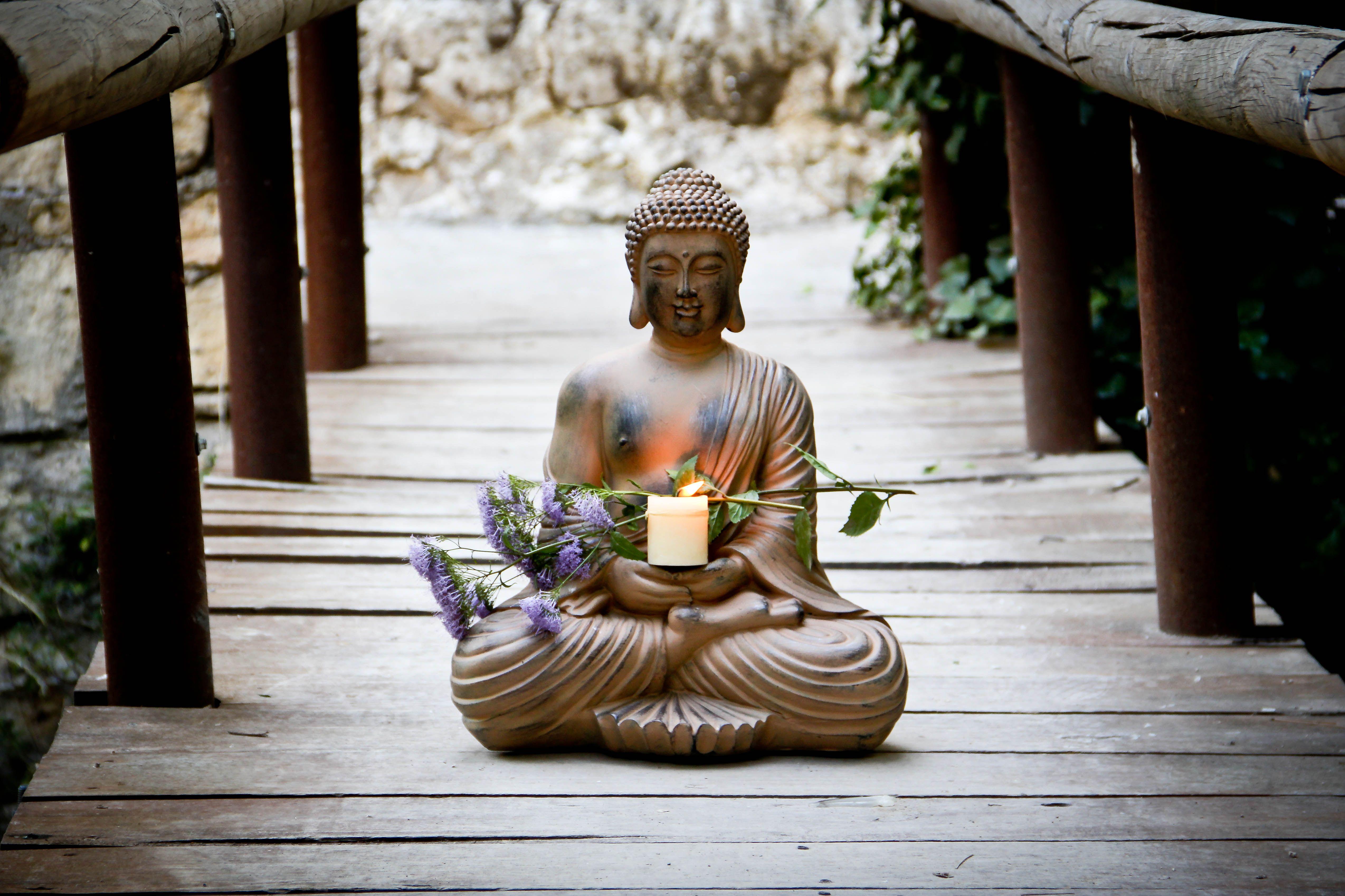 Decoraci n zen con budas portavelas velas y for Decoracion jardin oriental