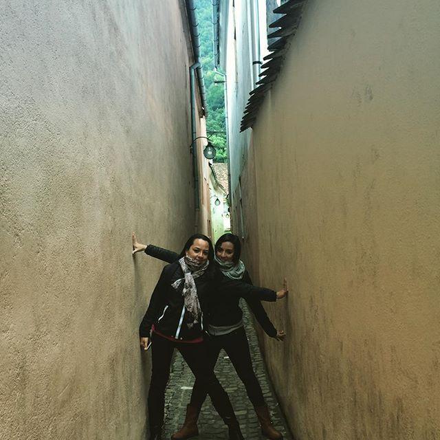 <En algún rinconcito del mundo: La calle mas estrecha de Rumania #street #romania #rumania #brasov #traveler #sisters @analaguna87 :)