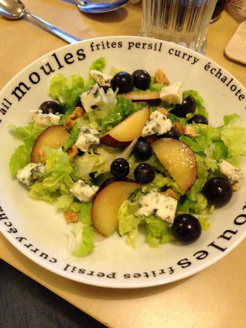 Ensalada de Roquefort con uvas, ciruela y nueces, exquisita!!