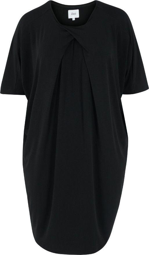 Denne smukke kjole fra Zizzi har en fin drapering ved halsudskæringen, som giver en flot silhuette.  Kjolen har korte ærmer og en skøn løs pasform, som giver et elegant look.  Style denne kjole med et par høje hæle for et elegant og feminint festlook.