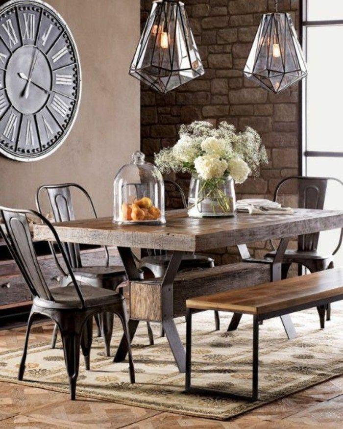 salle a manger avec chaises en fer, tapis beige, fleurs sur la table ...