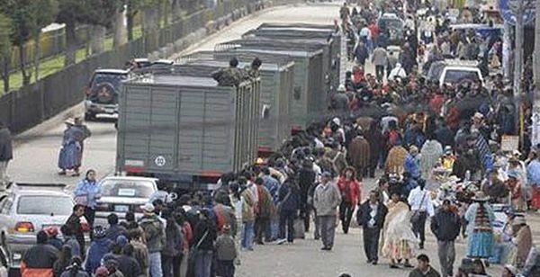 Los transportistas y chóferes paralizaron ayer La Paz, El Alto y otras ciudades bolivianas en protesta por una nueva ley de tráfico urbano, al comenzar la séptima semana consecutiva de conflictos sociales y sindicales en Bolivia. Ver más en: http://www.elpopular.com.ec/52111-jornada-de-paralizaciones-en-bolivia.html?preview=true_id=52111_nonce=51a2e29931