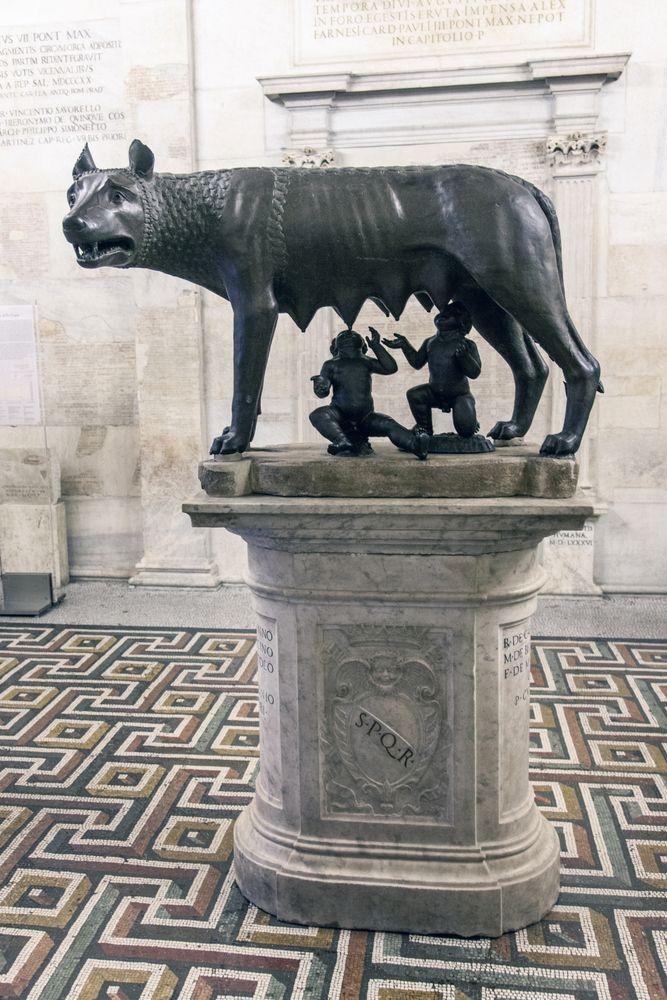 Naarassusi - Romulus ja Remus - Rooman perustajien patsas. Itse patsas on etruskien tekemä, Romulus ja Remus lisättiin myöhemmin.