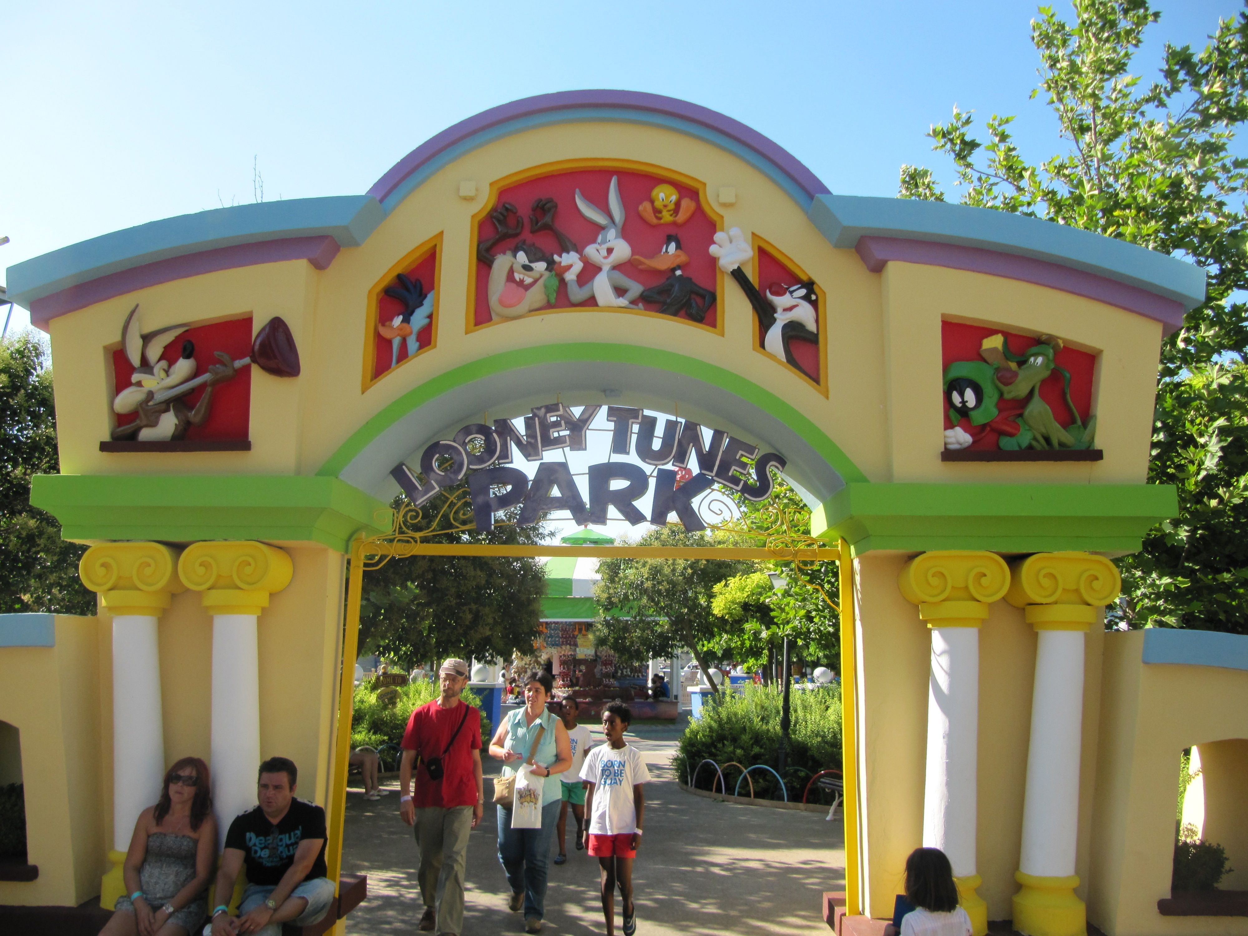 The Kids Zone In Parque Warner Madrid The Area Themed In A Popular Characters Of Warner Bros Same As Looney Tun Kids Zone Hanna Barbera Characters Theme Park