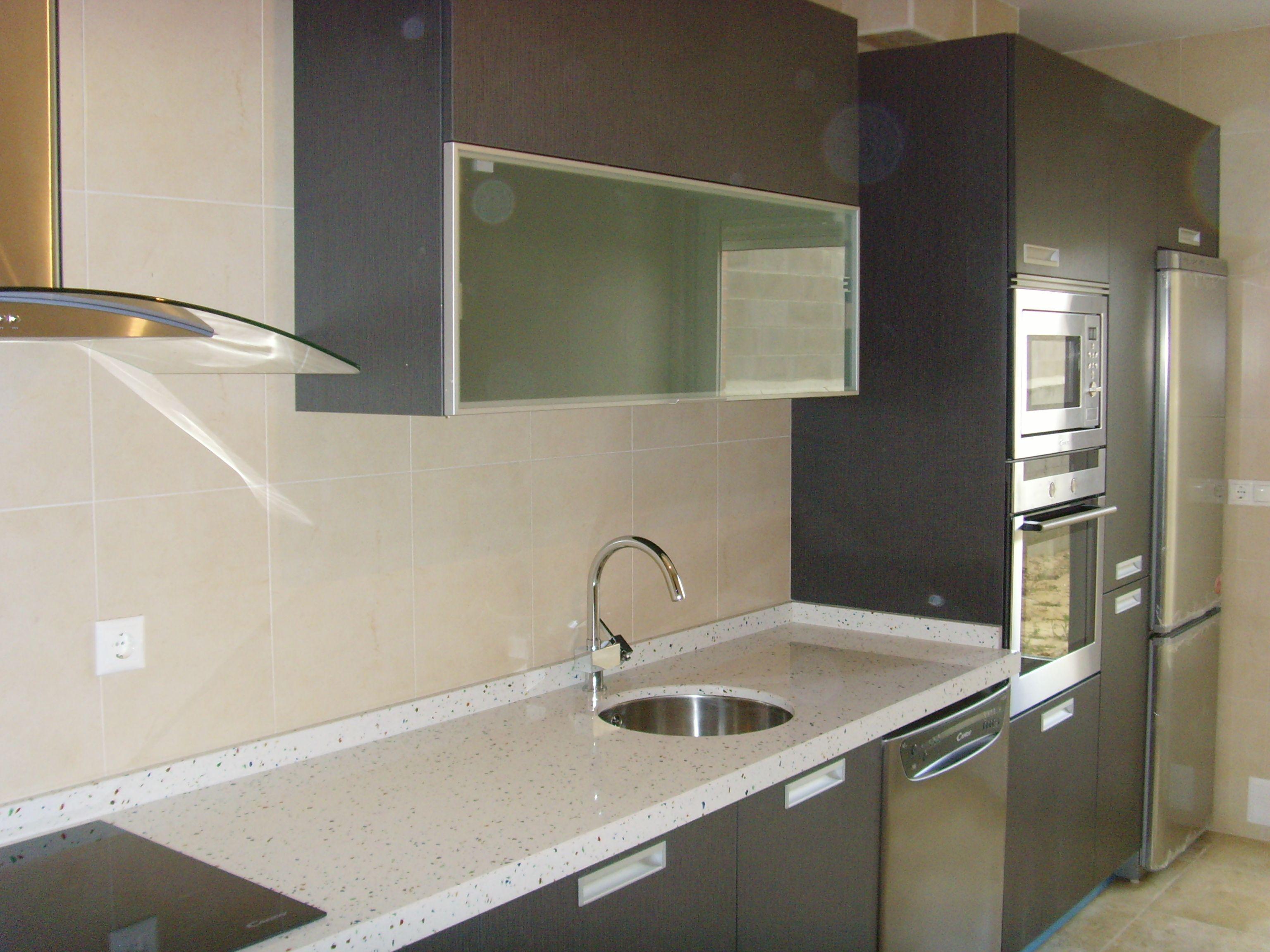 Cocina Ariane 2 Gris Ceniza Encimera Compac Blanco Multicolor Cocina Montada Por Lumber Cocinas Home Decor Kitchen Home