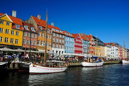 Nyhavn le quartier du port de copenhague au danemark est - Restaurant l huitre y est port des barques ...
