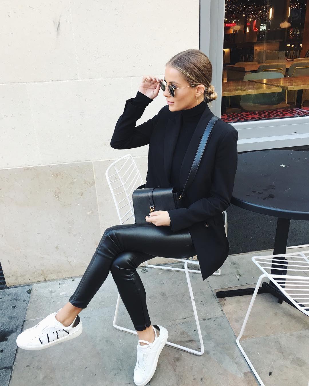 legging couro + blusa preta gola + blazer + tenis branco #branddresses