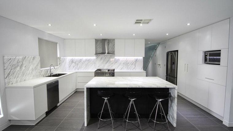 lussuosa e moderna cucina con mobili bianchi, isola, top e ...