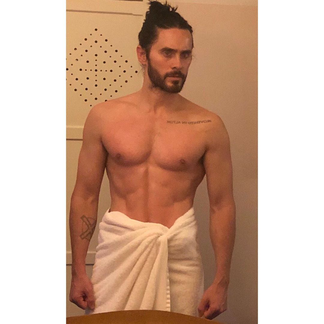 Shirtless Jared Leto Dons A Towel Shows Off Abs In Mirror Pic Jared Leto Shirtless Just Jared Jared Leto Shirtless Jared Leto Shirtless