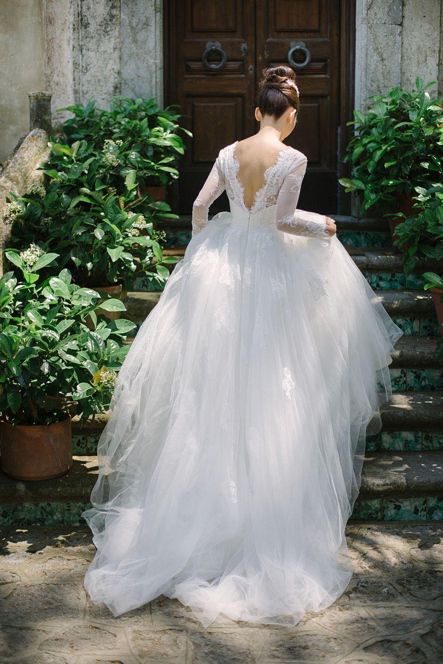Braut in traumhaften weißen Brautkleid mit offenem Rücken ...