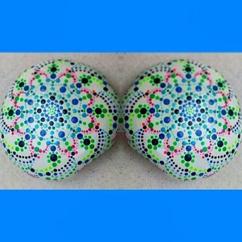 #paintedstonesmandalas #paintedrockstherapy #mandalastoneart #mandalasassi #stoneart #sassinaturalclaps #artwork #piedraspintadas #rocks #handmade #handpainted  #paintedpebbles #dipingeresassi #tasboyama #fiumetagliamento #color #myart #namaste #beautiful #taşboyama  #piedraspintadasenespaña #piedras #colorfuldesigns #naturestone www.amazon.com/handmade/color-bakalito www.etsy.com/uk/shop/colorbakalito