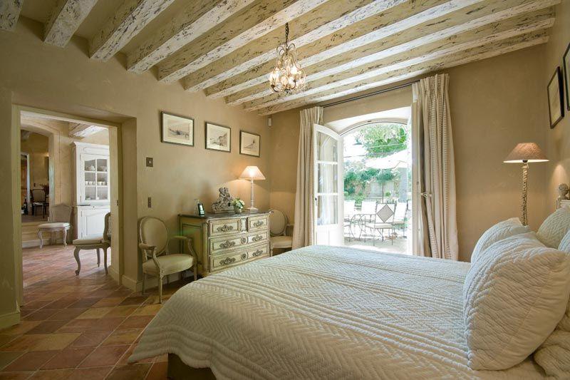 Una dimora di lusso in provenza bedrooms camere da for Country francese arredamento
