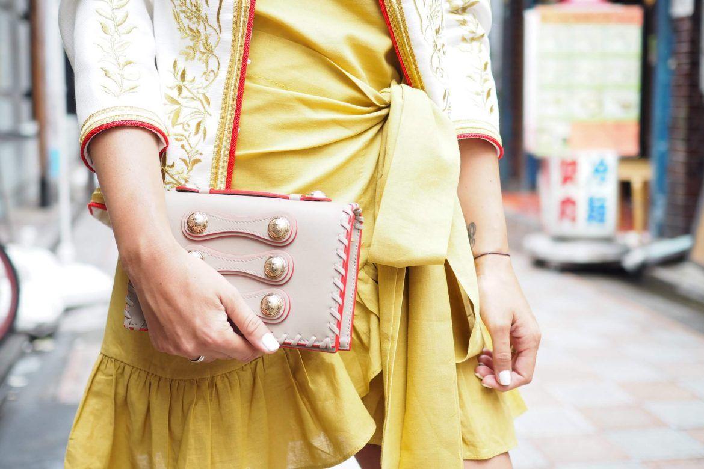 look de la bloguera necklace of pearls con bolso de mano pura lopez