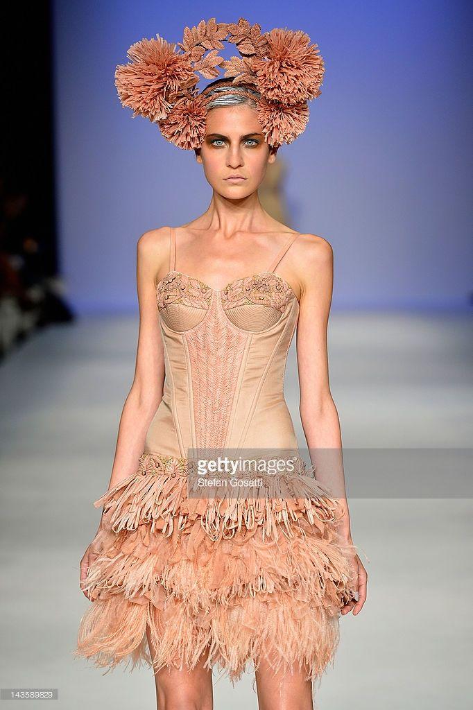 Malli esittelee malleja Aurelio Costarella catwalkilla päivänä yksi