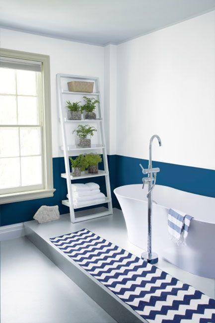 Salle De Bain Bleu Marine Et Blanc Avec Tapis A Chevrons Vaste Baignoire