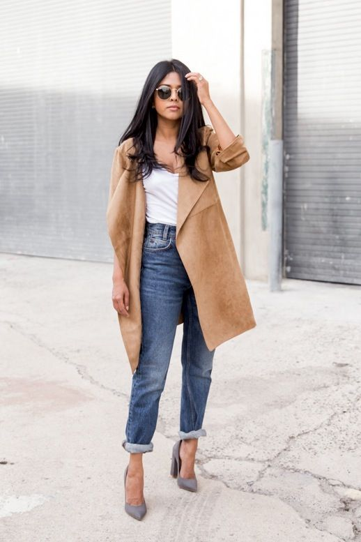 Now this is how you wear suede for spring: with sunglasses, a tank top, high-waisted jeans and pumps.