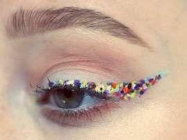 Cómo delinear tus ojos con confeti