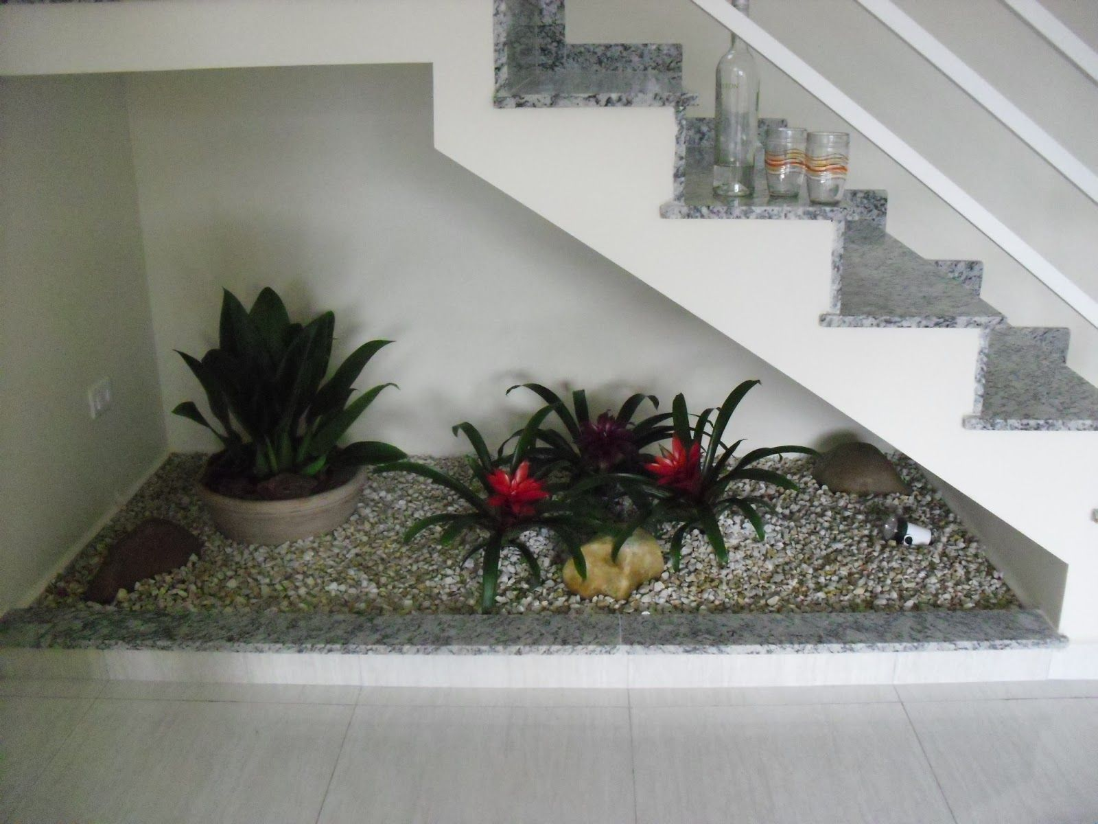 Imagen relacionada bajo escalera pinterest escalera for Jardines pequenos bajo escaleras