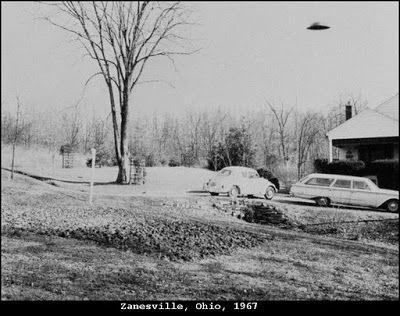 1967 - Zanesville, Ohio. Ralph Ditter, um barbeiro, tirou duas fotografias de um objeto desconhecido. Ditter foi um astrônomo amador. Ele enviou as duas fotos disponíveis para a imprensa. Objeto certamente se parece com um disco voador clássico.