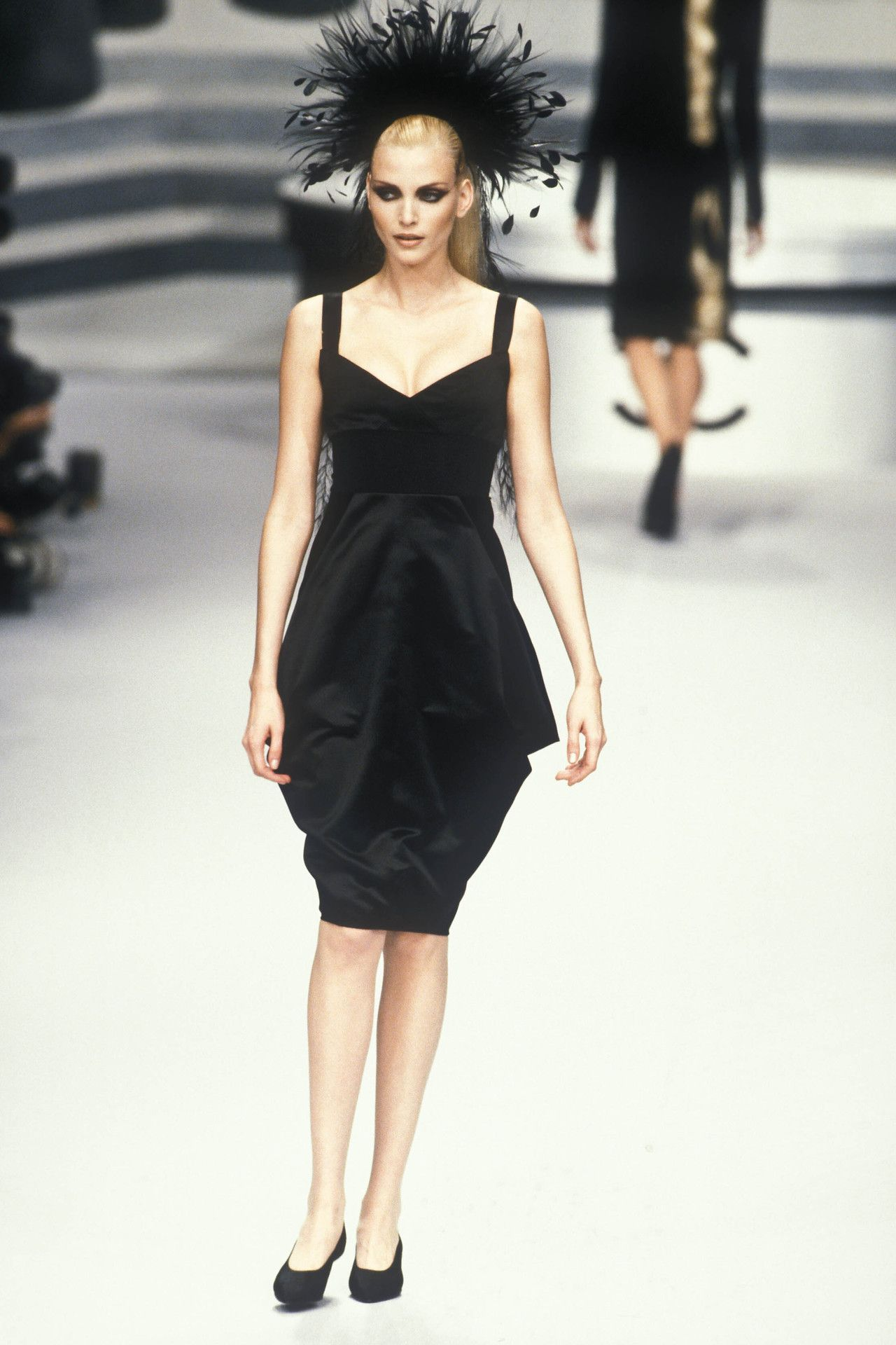Nadja Auermann At Chanel Haute Couture F W 1995 90s Auermann Chanel Nadja Runway Fashion Haute Couture Chanel Haute Couture