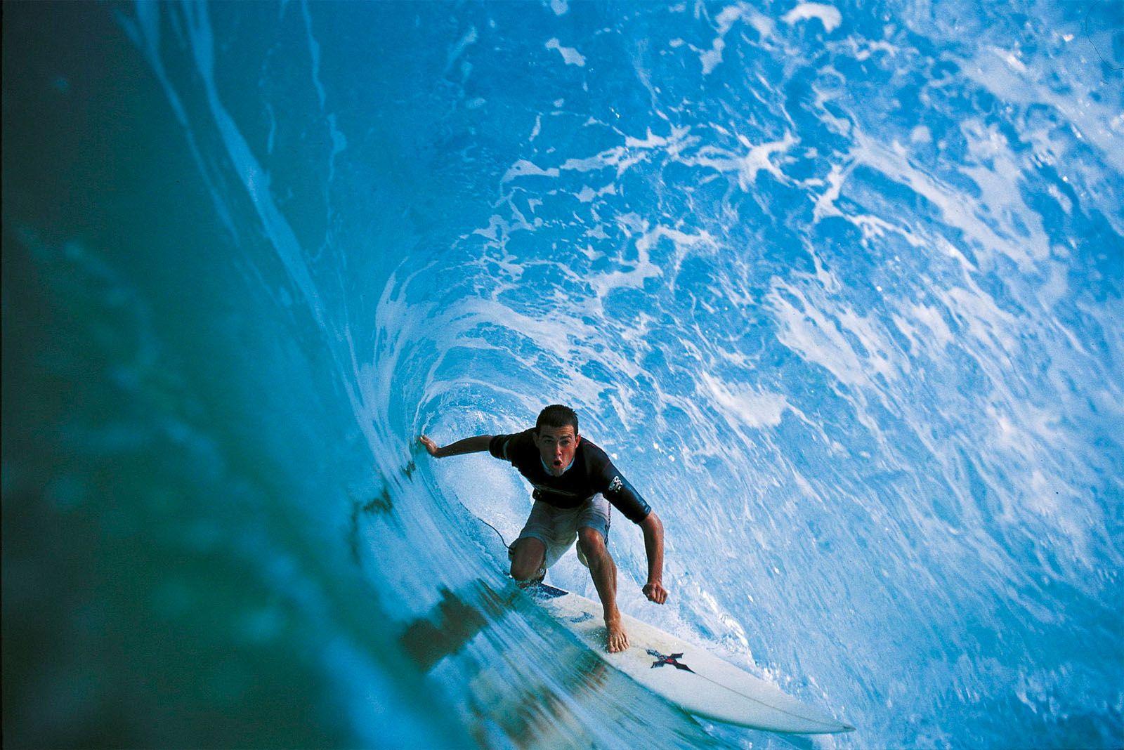 Blue Cave Ian Battrick Deep In The Barrel In Hossegor France Photo Remove156 Photos De Surf Hossegor Surfeur