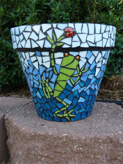 Adele's Pot - Frog & Lady Bug Mosaic  Love the frog!