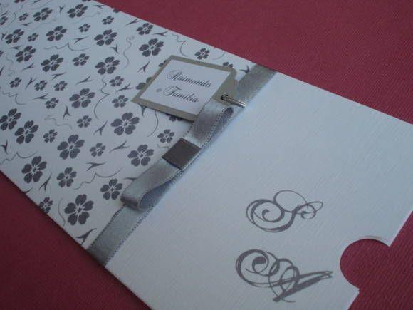 b15ae765c Convite de Casamento - branco e prata Papel com textura de TELADO na cor  branco (240g) (envelope) Papel opalina branco (240g) (convite) Fita de cetim  na cor ...