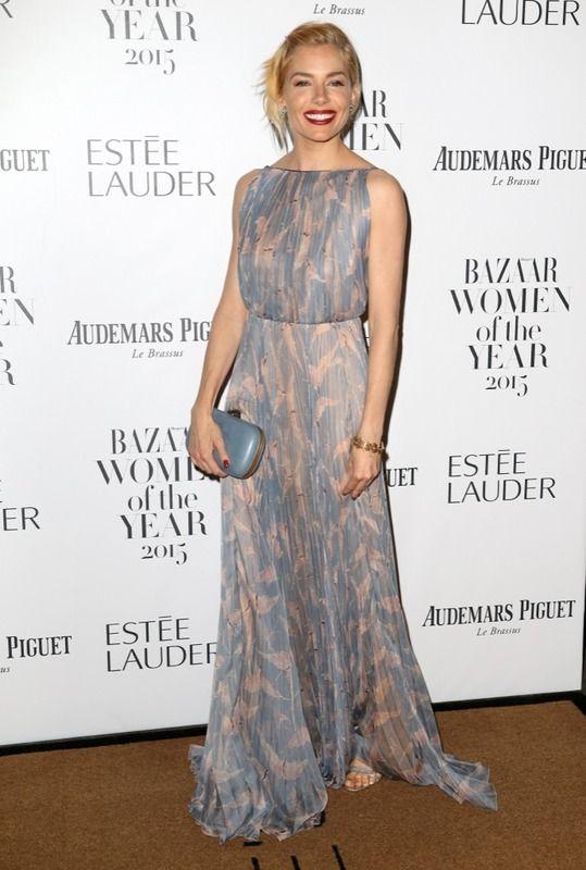 Sienna Miller con vestido plisado, con estampado en tonos pastel, de Valentino.
