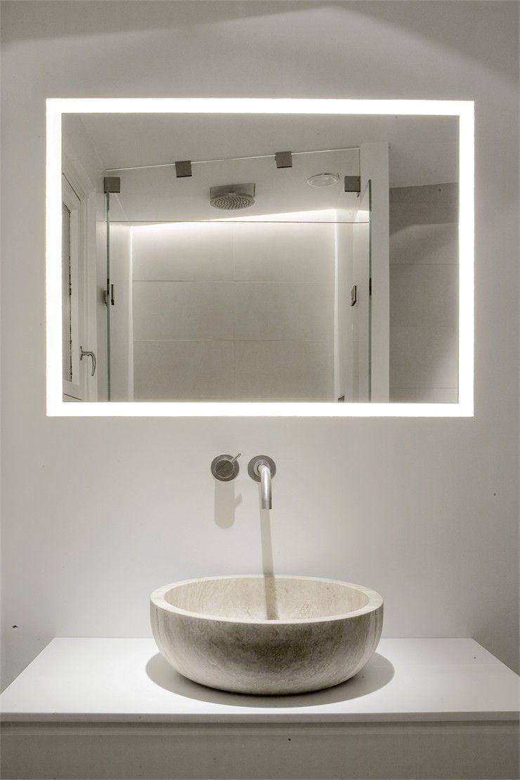 Ba o con lavabo de piedra y espejo con marco que integra - Iluminacion espejo bano ...