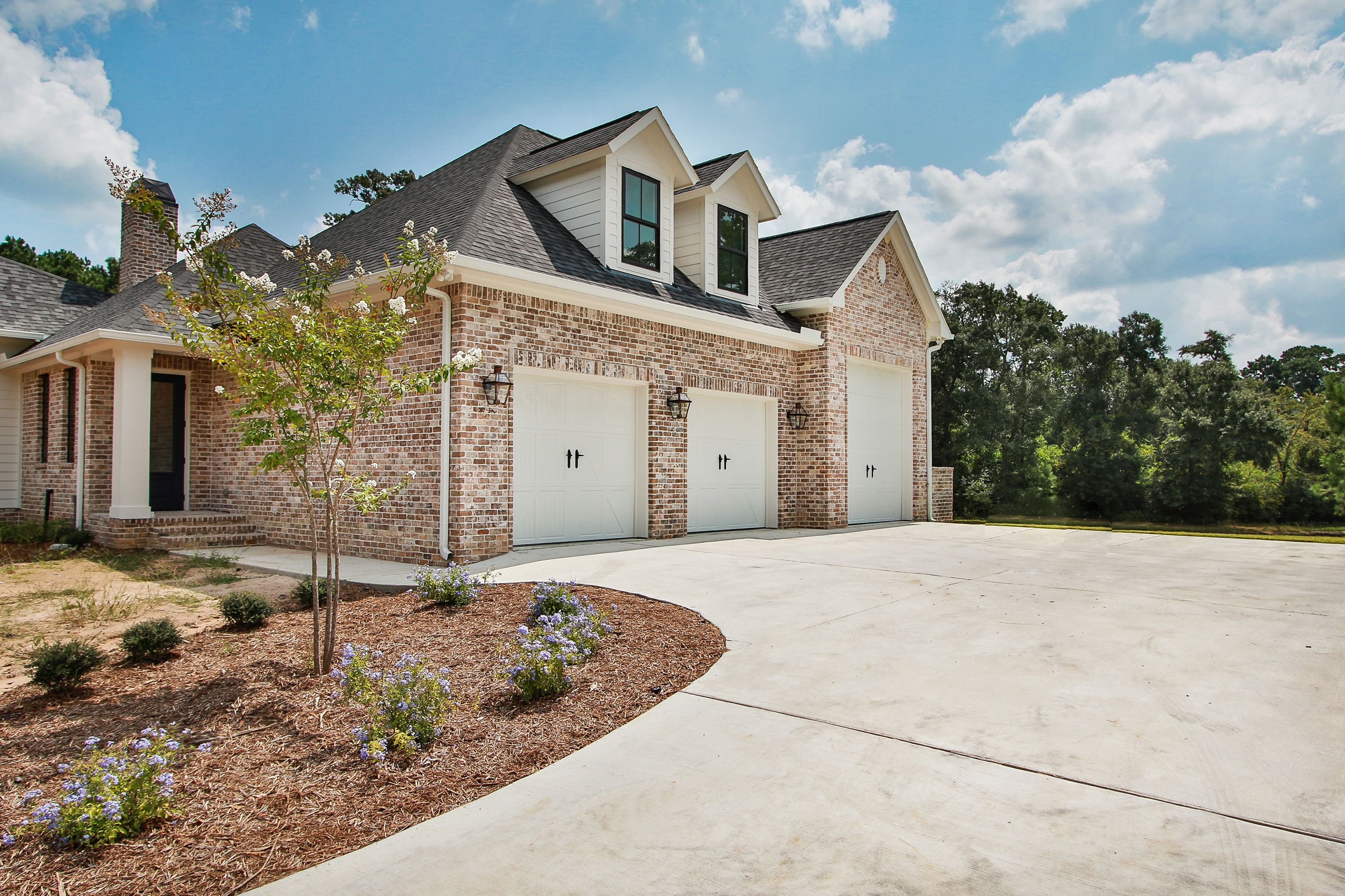 2 9 X8 White Closed Arch Garage Doors With 1 10 X11 White Closed Arch Garage Door Complete With Old Texas Acadian Style Homes House Styles Custom Homes