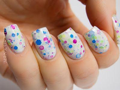 unhas giras para usar com uma roupa multi colorida!