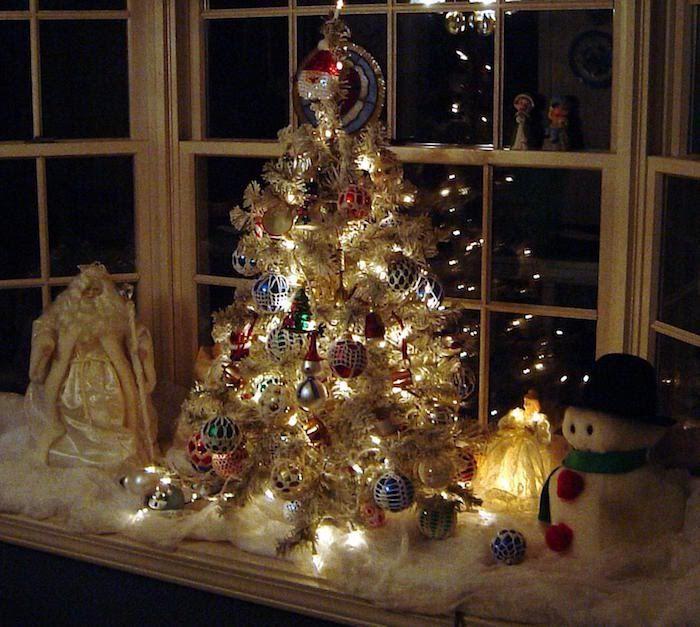 Fenster Beleuchtung Deko Ideen Weihnachtsbaum Dekoriert Mit Lichter Und  Weihnachtskugeln Schneemann