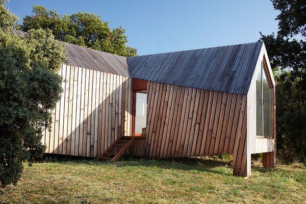 Implantée sur une pente rocailleuse, la construction de la Cabotte - construction maison terrain en pente