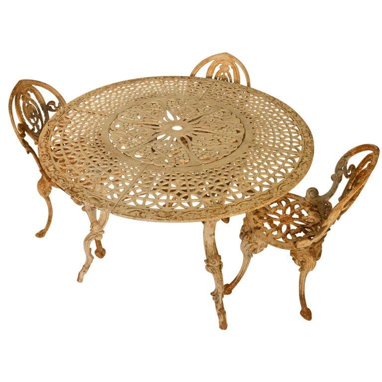Wicker Paradise Dining table on Unsplash