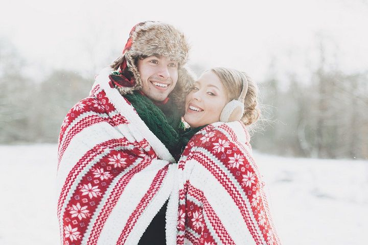 Bride and groom wedding photo | fabmood.com #wedding #winterwedding #christmas #christmaswedding