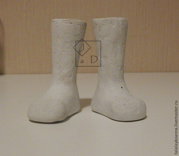 Я делала колодки для своих текстильных кукол, поэтому специально для этого сшила ножки. Итак. Берем наши ножки: На картоне очертили стопу. Подправили, чтобы она была &hel…