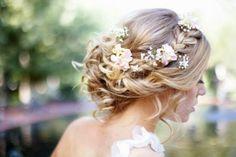 Geflochten Locker Mit Blumchen Tolle Brautfrisur Hochzeitsfrisur