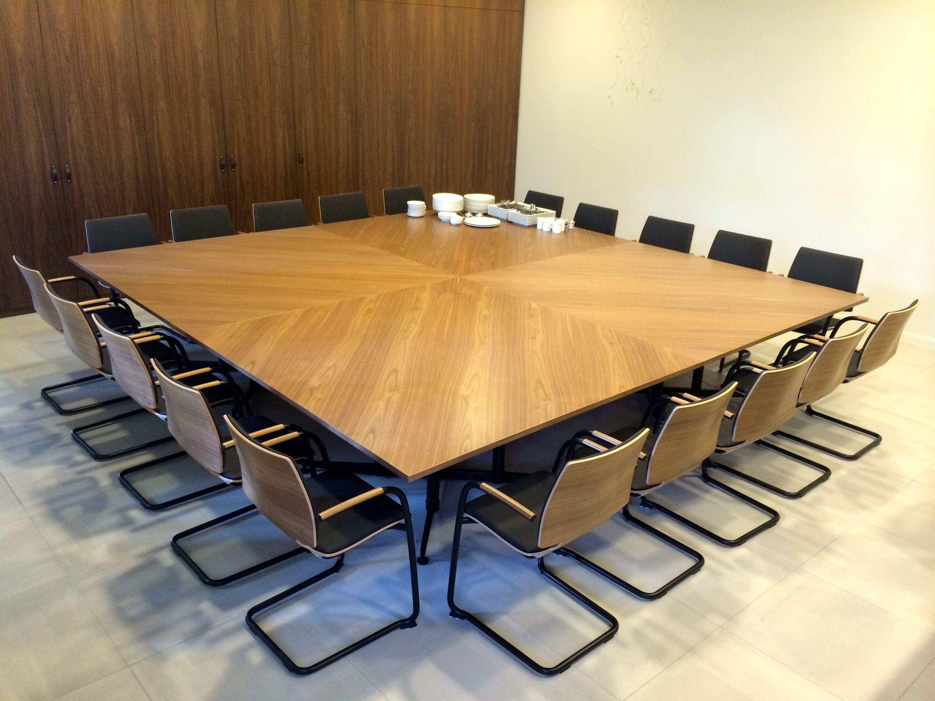 Kusch+Co V-tafel op maat in Fineer met Kusch+Co Uni_Verso armsledestoel
