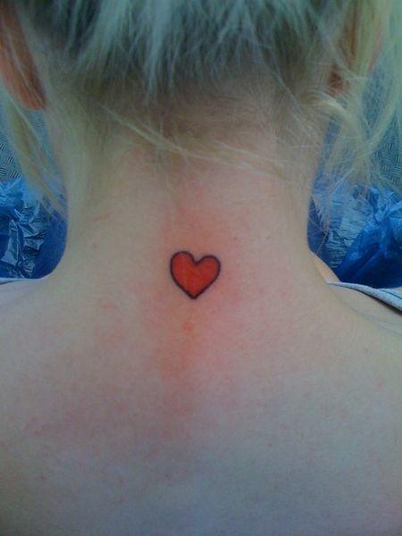 Small Heart Tattoo On Back Of Neck Herz Tattoo Herz Tattoo Klein Tattoo Hals