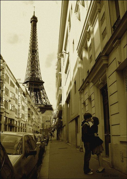 Stealing A Kiss In Paris Paris Tour Eiffel Paris Love