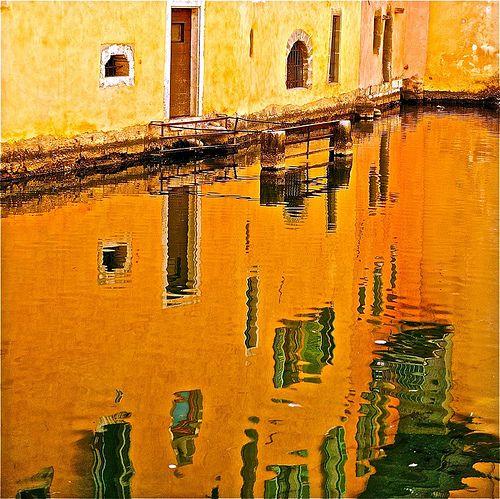 photo+boillon+christophe+/+photo+au+carré+ville++reflet+/+juste+le+reflet+d'une+façade+de+la+vieille+ville+d'annecy+dans+la+rivière+du+thiou+au+coucher+du+soleil