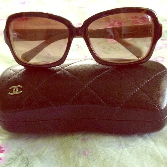 Authentic CHANEL Tortoise Shell CC Sunglasses Timeless sunglasses have large squared rims in tortoise and lenses in a warm gradient tint of amber. The arms are thin and have the Chanel CC logo inlay. The reverse of the rims and arms are ivory. Worn a few times only. One scratch and small ding on bottom right lens. CHANEL Accessories Sunglasses