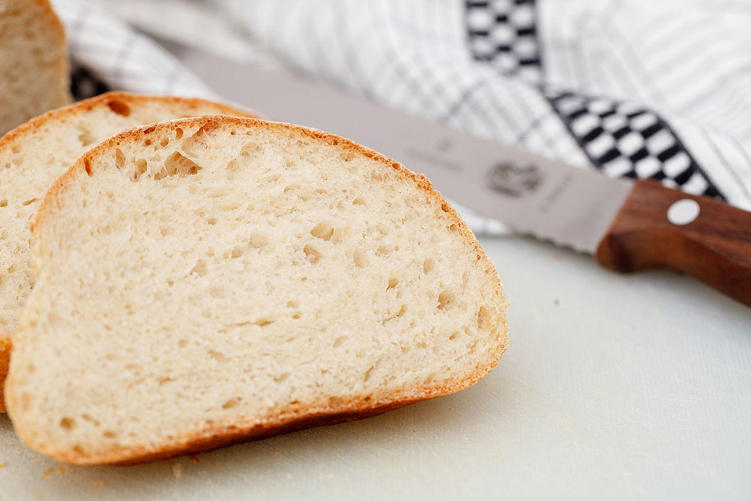 Dette brødet er fantastisk godt, og minner meg litt om Italia. Smaker godt helt ferskt, med smør eller pesto på. Og forresten, GRATULERER MED DAGEN MAMMA! Loff 2 stk 500 gram hvetemel 370 ml vann, ...