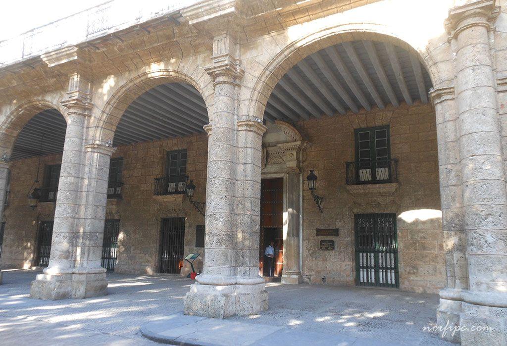 Frente del Palacio de los Capitanes Generales en la Plaza de Armas de la Habana Vieja