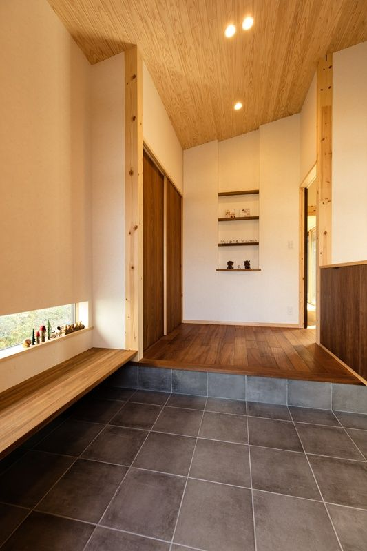 木製ベンチのある広々とした玄関 和風の家の設計 自宅で 家